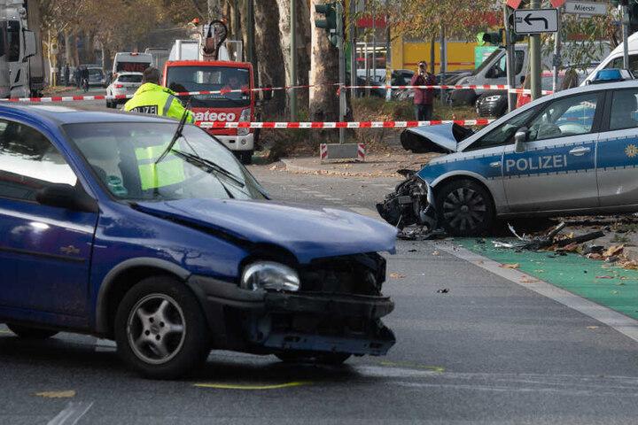 Der Kleinwagen wurde vom Polizeiauto auf der linken Seite getroffen.
