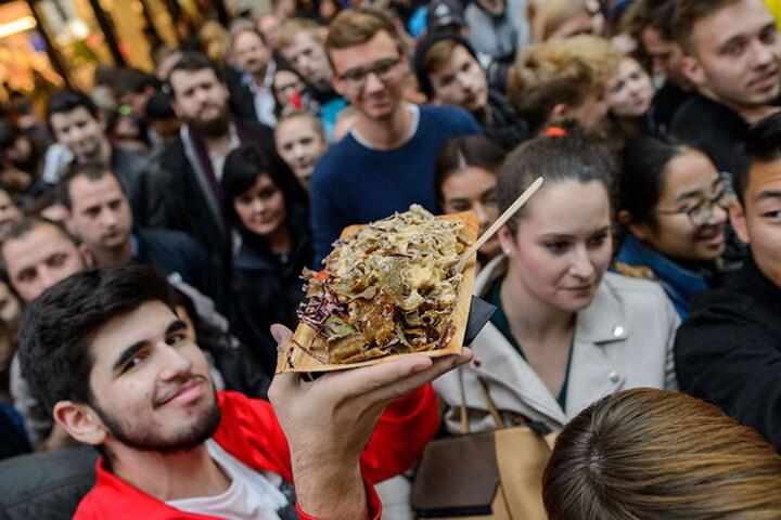 Die Schaulistigen konnten anschließend ein Stück vom weltgrößten Döner essen.
