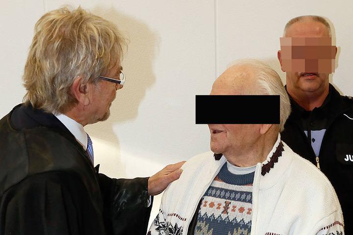 Verteidiger Ullrich Saage (65, l.) und sein Mandant Karl O. (88) im  Landgericht Chemnitz.