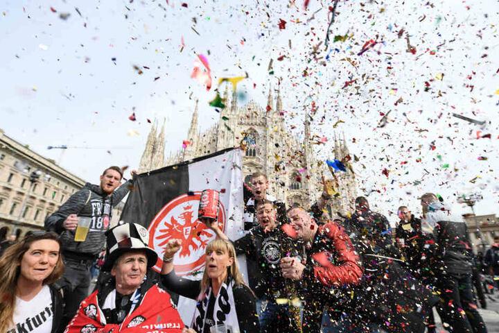 Party mit Konfetti: Eintracht-Fans feiern vor dem Mailänder Dom.