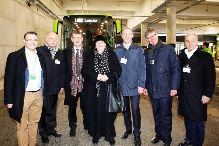 Baubürgermeisterin Dorothee Dubrau mit den Gästen der Eröffnungsfeier am neuen Terminal.
