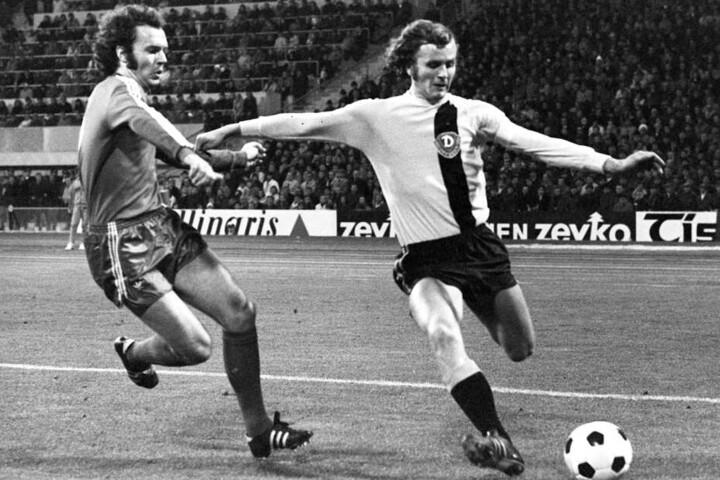 Bayern-Libero Franz Beckenbauer (l) im Zweikampf mit Dresdner Verteidiger und Kapitän Frank Ganzera. (Archiv)