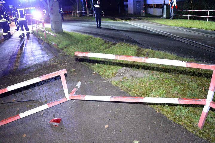 Das Auto wurde gegen ein Metallgitter geschleudert.