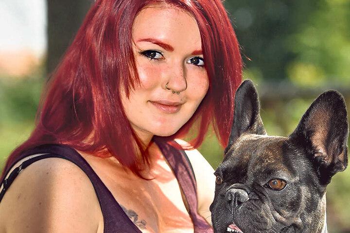 """Saskia Handke (24) nimmt ihren vierbeinigen Werbestar Cosmo auf den Schoß.  Die französische Bulldogge alias Paul ist das Maskottchen der """"Genusswelten""""."""