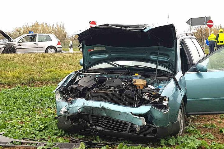 Ein Audi (vorn) und ein VW waren an einer Kreuzungskollision beteiligt.