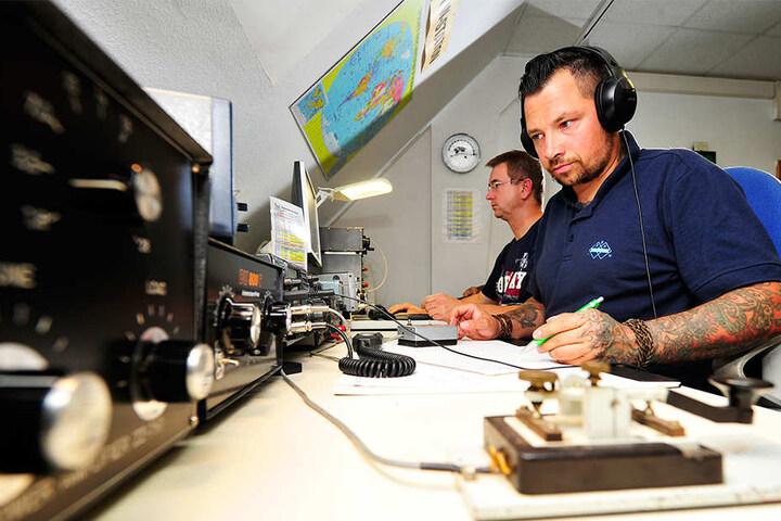 Vereins-Chef Veiko Weinert (38) notiert die Kenndaten seiner Gesprächspartner.