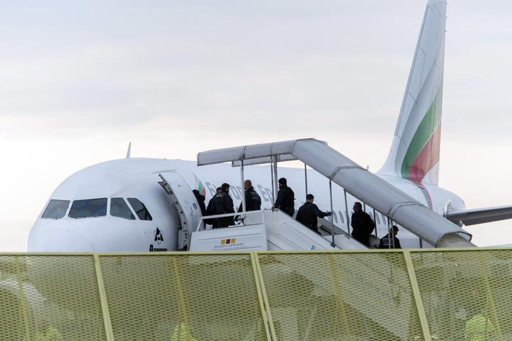 Die Polizisten wollten den 30-Jährigen zu einer geplanten Abschiebung abholen, als die Situation eskalierte (Symbolbild).