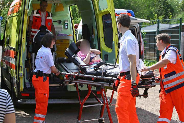 Die Rettungskräfte kümmerten sich um die Schüler.