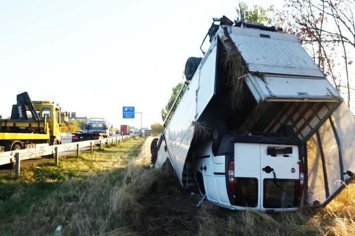 An dem Laster sowie dem geladenen Auto entstand ein Totalschaden.
