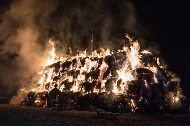 Beim Eintreffen der Feuerwehr brannte der Haufen in voller Ausdehnung.