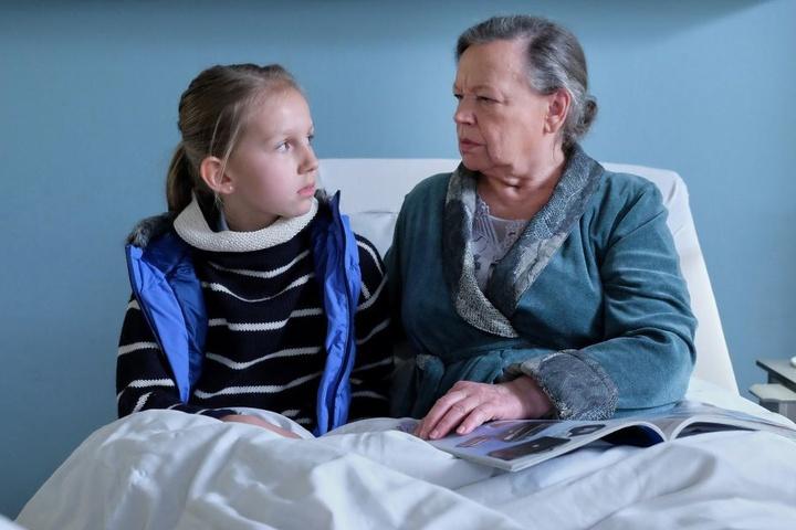 Die kleine Hanna erzählt Marlies Böhmer, dass sie ihre Enkelin ist. Die Patientin schaut verdutzt - und glaubt dem Mädchen kein Wort.