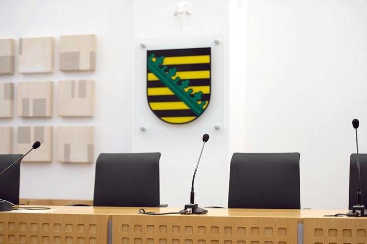 Noch schlichter ist das Staatswappen, das etwa im Oberverwaltungsgericht in Bautzen hängt.