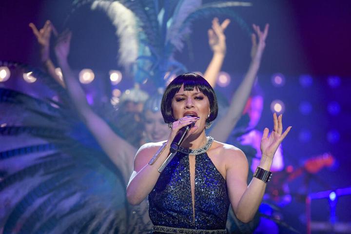 Ariana Savalas, Sängerin und Moderatorin, führt durch die Show.