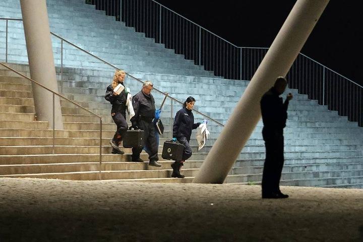 Polizisten kommen vom Tatort am Congresscenter.