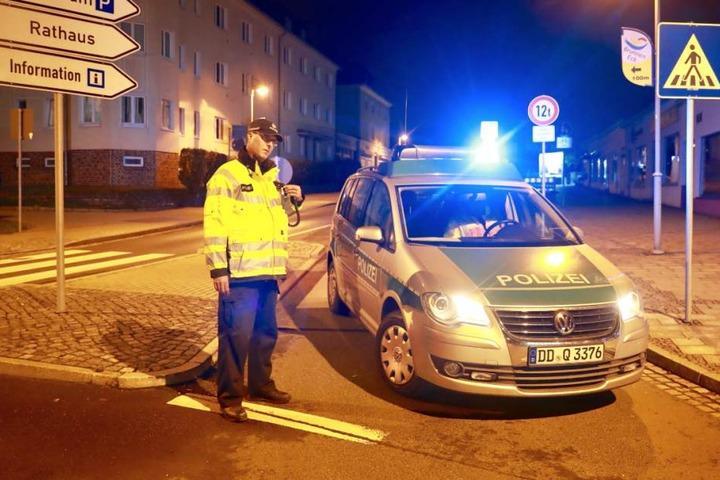 Gleich gibt es hier kein Durchkommen mehr. Die Polizei hat die S172 komplett gesperrt.