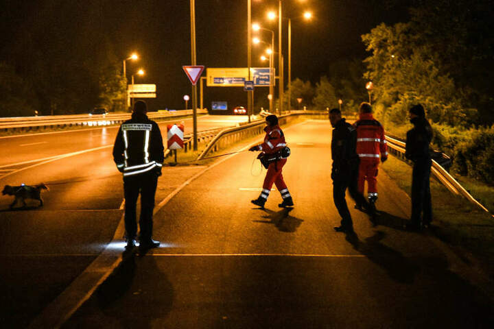 Einsatzkräfte suchen eine Autobahnabfahrt ab.