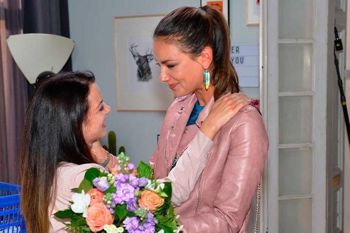 """Auch ihre Serien-Kollegin Anne Menden (spielt """"Emily Badak"""") muss Abschied von ihrer Freundin nehmen."""