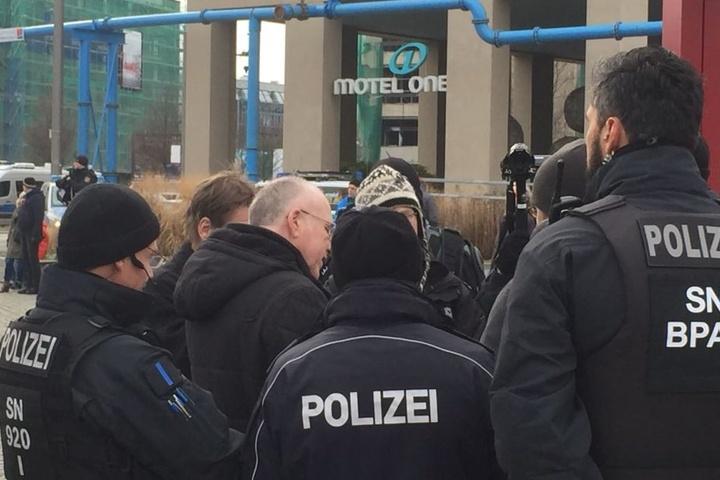Gerhard Ittner (58) im Gespräch mit der Polizei.