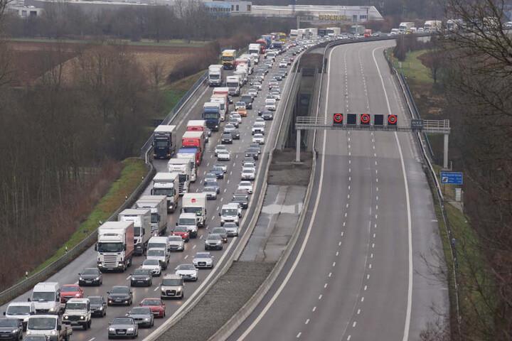 Der Verkehr staute sich nach dem Crash über mehrere Kilometer zurück.