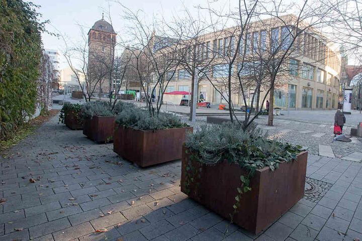 Durch diese zwölf Blumenkübel sollen mögliche Attentäter auf dem Weihnachtsmarkt ausgebremst werden.