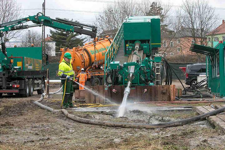 Mit maximal 250 Tonnen Druck, aktuell werden lediglich 30 Tonnen Druck benötigt, wird der Bohrer in den Untergrund geschoben.