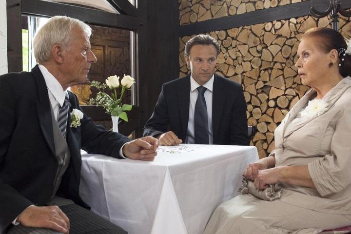 Otto Stein (l.) muss seiner Geliebten erklären, dass der Standesbeamte nicht zur Hochzeit erscheinen wird.