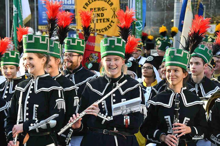 Spaß an der Tradition: Auch junge Flötenspielerinnen und -spieler waren bei der Bergparade dabei und zeigten ihr Können.