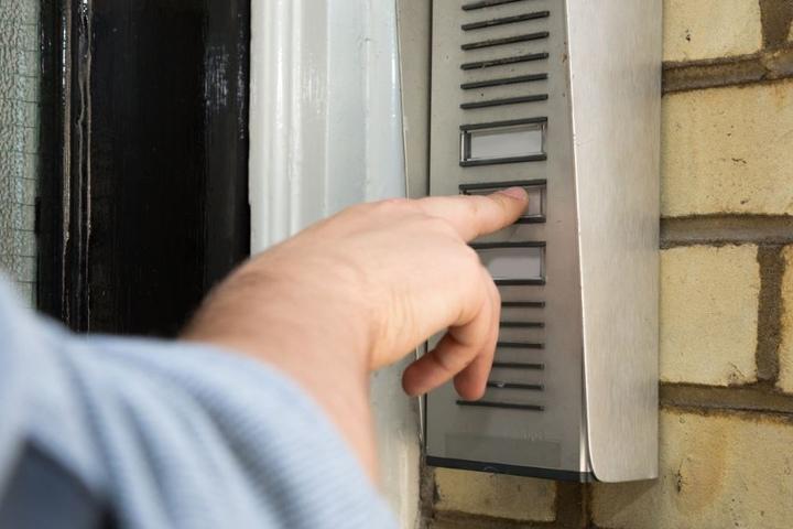 Sobald die Betrüger wissen wo und wie viel sich in der Wohnung befindet, kommen diese vorbei und verschaffen sich Zugang. (Symbolbild)