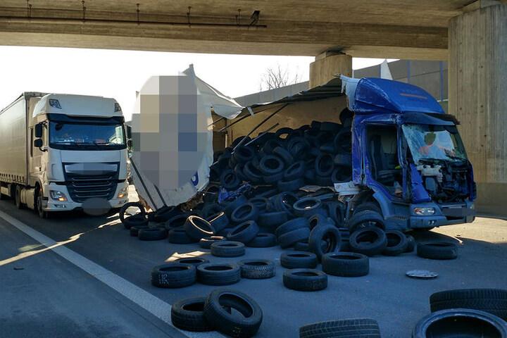 Durch den Unfall riss die Plane eines Lkw und die Ladung kullerte über die Fahrbahn.
