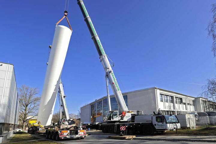 Zwei Kräne stellten den 18 Meter hohen Wasserstofftank an der TU auf.