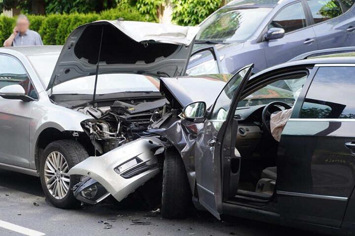 Die Autos wurden bei dem Unfall im vorderen Bereich komplett zerstört.