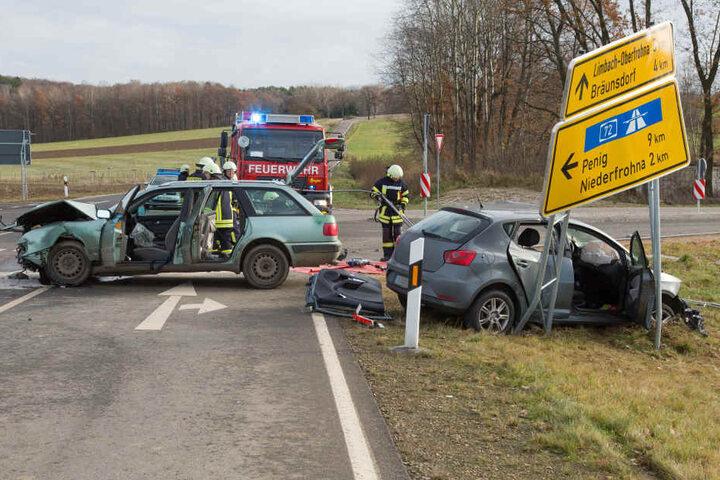 An der Kreuzung krachten ein Audi und ein Seat zusammen.