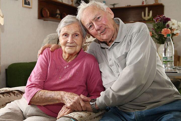 Auch nach einem Dreivierteljahrhundert ist ihre Liebe noch jung: Elfriede (95) und Waldemar Günther (96).