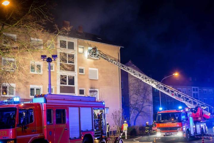 Die Feuerwehr kämpfte in der Berliner Straße gegen das Feuer.