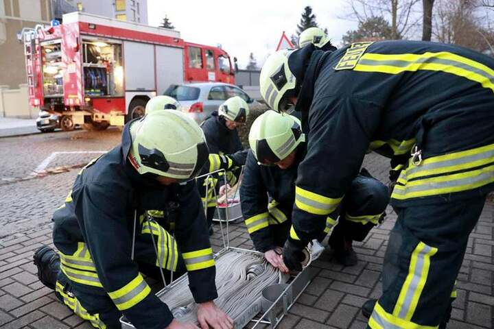 Feuerwehrmänner wappnen sich fürs Schlimmste...