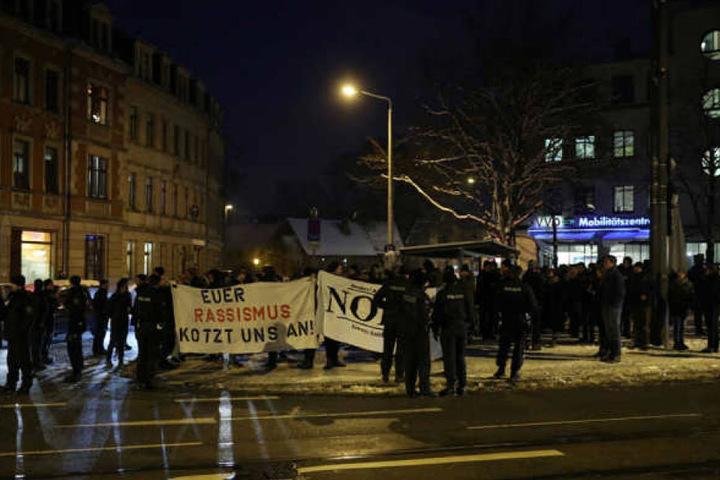 Die Veranstaltung wurde von lautem Protest begleitet. Geschätzt 200 Gegendemonstranten hatten sich in Pieschen eingefunden.