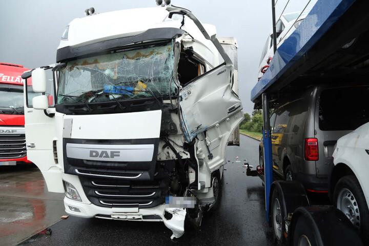 Der auffahrende Lkw wurde erheblich beschädigt.
