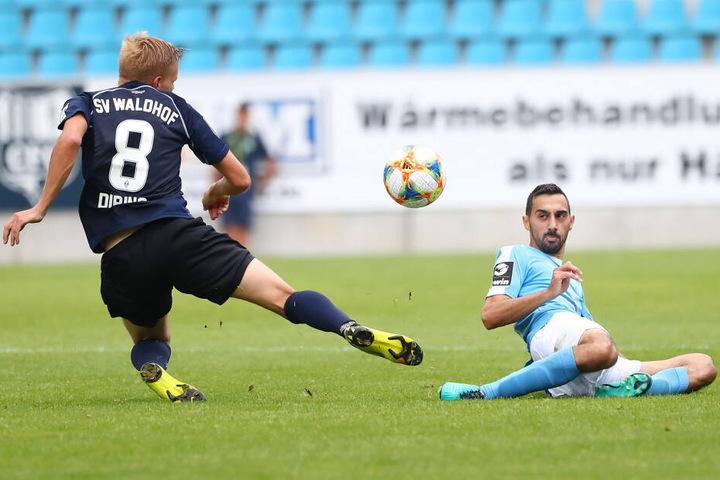 Rafael Garcia (r.) ging gegen Mannheim voran und wie hier bei Dorian Diring robust in die Zweikämpfe.