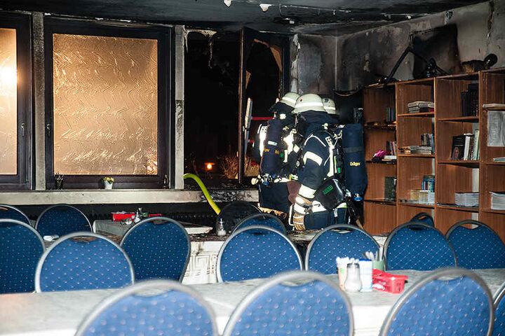 Ein Sofa und eine Bücherwand standen in Flammen.