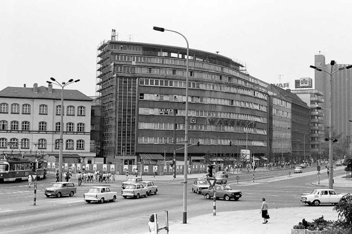 """Trabi-Treffen am """"Schocken"""": Neben dem alten Centrum-Warenhaus """"Schocken"""" (heute """"smac"""") gab's 1985 noch das Gebäude der historischen Mädchenschule. Das heutige """"Hotel Mercure"""" im Hintergrund hieß noch """"Kongress""""."""