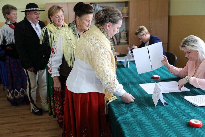 In Polen haben die Wahlbüros bis 21 Uhr geöffnet. So wie in Witow (Foto) muss auf die Wahlhelfer Verlass sein.