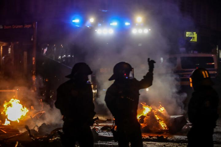 Polizisten stehen nach Ausschreitungen während des G20 Gipfels am Schulterblatt im Schanzenviertel.