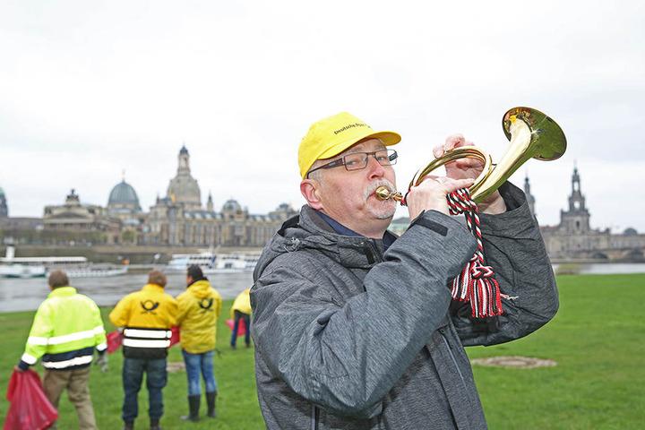Posthornbläser Albrecht Moskal (61) trötet zum Subbotnik-Auftakt in das  Blechblasinstrument.