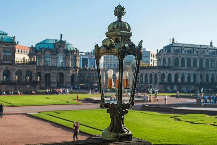 Sechs bis acht dieser Zwinger-Leuchten mit schummrigen Energiesparlampen  sollen noch in diesem Jahr ersetzt werden.