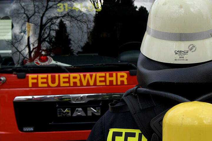 Die Feuerwehr musste den Verletzten mit zwei Trupps den Abhang hinauf zum Krankenwagen bringen. (Symbolbild)