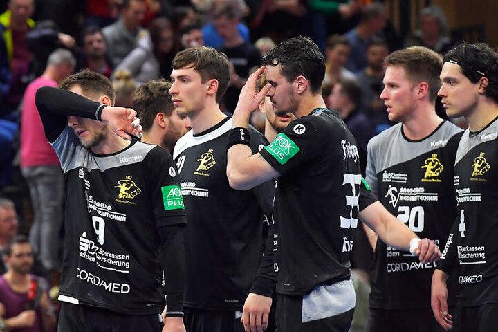 Enttäuschte Dresdner nach der 25:27-Niederlage, von links Julius Dierberg, Adrian Kammlodt, Roman Becvar, Nils Kretschmer und Gabor Pulay.