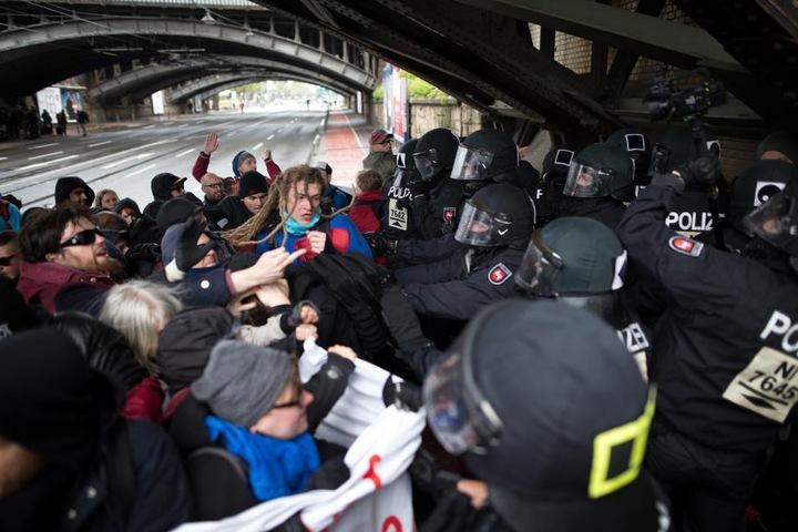 In Köln wird derzeit gegen den Parteitag der AfD demonstriert.