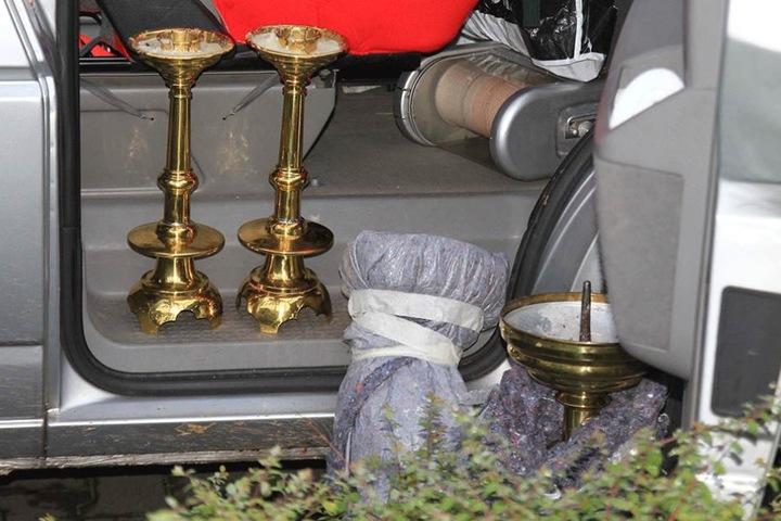 Die Kerzenständer, die vor zwei Wochen aus der Briesnitzer Kirche gestohlen wurden, fanden die Beamten im VW T5 des Diebes