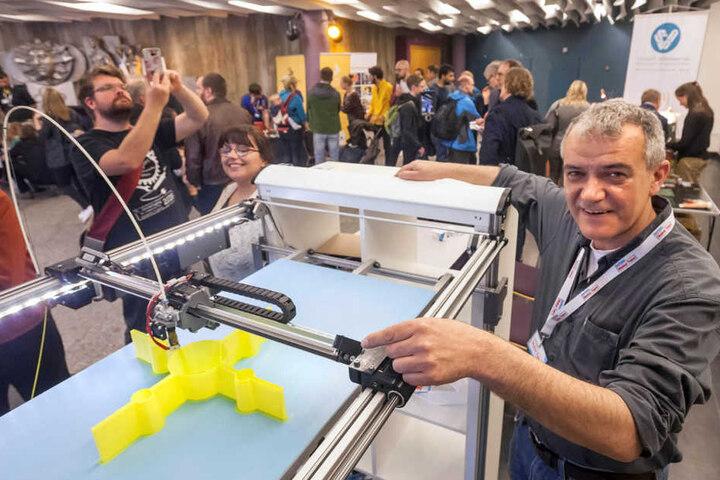Achim Kratt (46) und sein riesiger 3-D-Drucker. Das Gestell besteht aus einem  Ikea-Regal.