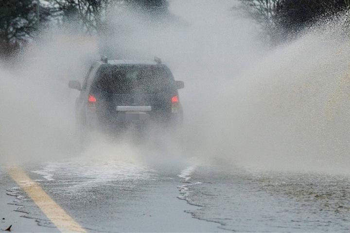 Dieser Autofahrer wagte sich noch auf die überflutete B 42, am Nachmittag wurde die Straße dann gesperrt.